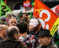 Man som bär den Emmanuel macronmaskeringen på protesten Arkivbilder