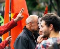 Man som bär den Emmanuel macronmaskeringen på protesten Arkivbild