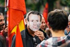 Man som bär den Emmanuel macronmaskeringen på protesten Royaltyfria Foton