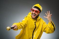 Man som bär den gula dräkten Royaltyfri Bild