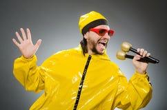 Man som bär den gula dräkten Arkivbild