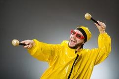 Man som bär den gula dräkten Royaltyfria Foton