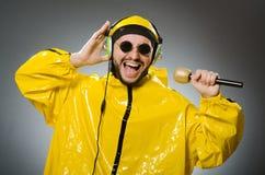 Man som bär den gula dräkten Arkivfoto