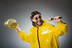 Man som bär den gula dräkten Royaltyfri Foto