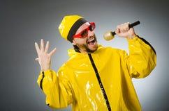 Man som bär den gula dräkten med mic Fotografering för Bildbyråer