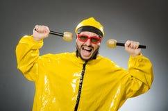 Man som bär den gula dräkten med mic Arkivbild
