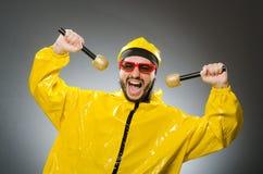 Man som bär den gula dräkten med mic Arkivfoton