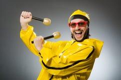 Man som bär den gula dräkten med mic Royaltyfria Bilder