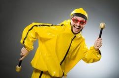 Man som bär den gula dräkten med mic Arkivfoto