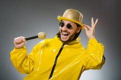Man som bär den gula dräkten med mic Royaltyfri Fotografi
