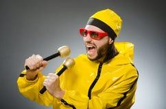 Man som bär den gula dräkten med mic Royaltyfri Foto