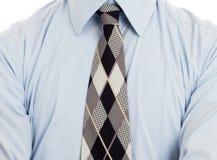 Man som bär den rynkade blåa skjortan med slipsen som isoleras arkivbild