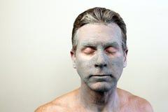 Man som bär en Clay Mask Fotografering för Bildbyråer