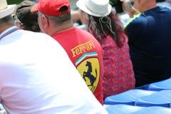 Man som bär en rött Ferrari skjorta och lock Royaltyfria Foton
