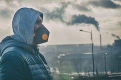 Man som bär en verklig anti--förorening, anti--smog och virusframsidamaskering royaltyfri bild