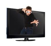 Man som bär exponeringsglas 3d ut ur tv:n Royaltyfri Bild