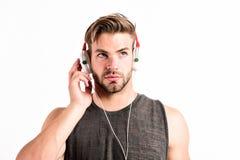 Man som bär stereo- hörlurar koppla av den sexiga muskulösa mannen för playlisten för att lyssna musik från playlistman kopplar a royaltyfria bilder