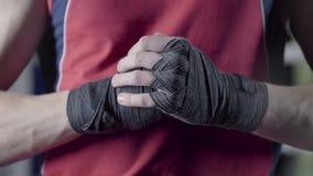 Man som böjer hans nävar för en kamp Närbilden av unga thailändska rep för en boxarehandhampa slås in för kampen eller stock video