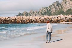 Man som bara går på den tomma stranden som reser i Norge fotografering för bildbyråer
