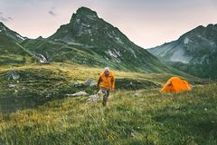 Man som bara solo fotvandrar resande campa affärsföretaglivsstilbegrepp royaltyfri foto