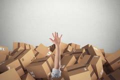 Man som begravas av en bunt av kartonger framförande 3d arkivfoto