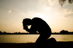 Man som ber i morgonen. royaltyfria bilder