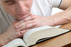 Man som ber med bibeln Royaltyfria Foton