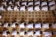 Man som ber och tillber på tempelet Arkivbilder