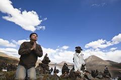 man som ber tibet Royaltyfria Bilder