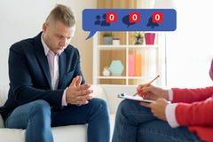 Man som besöker psykologen, och känsla som är deprimerad om hans unpopularity på socialt massmedia royaltyfri fotografi