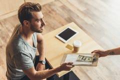 Man som betalar för beställning i kafé Fotografering för Bildbyråer