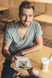Man som betalar för beställning i kafé Royaltyfri Fotografi