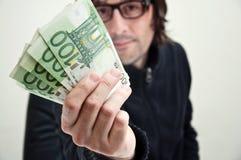 Man som betalar i euros Royaltyfri Fotografi
