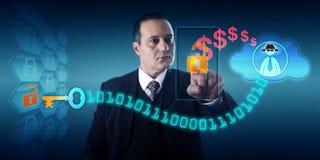 Man som betalar lösenna till den Ransomware för svart hatt författaren Arkivfoto
