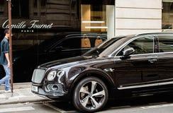 Man som beundrar den lyxiga Bentley Bentayga Hybrid SUV Fotografering för Bildbyråer