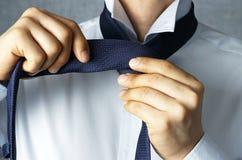 Man som binder en bandnärbild, begrepp av en kontorsarbetare arkivfoto