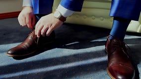 Man som binder skor för patenterat läder lager videofilmer