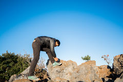 Man som binder skor på vagga Royaltyfri Fotografi