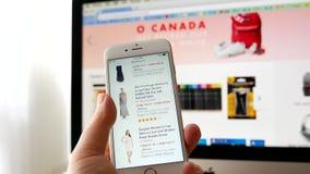 Man som bläddrar den amazon websiten för köpande kjol arkivfilmer