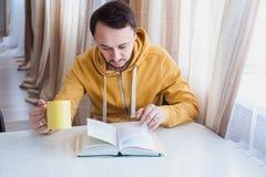 Man som bläddrar igenom sidor av boken Arkivfoton