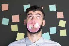 Man som blåser bubblan med gummi royaltyfri bild