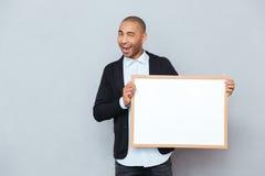 Man som blinkar och rymmer whiteboard Royaltyfri Bild