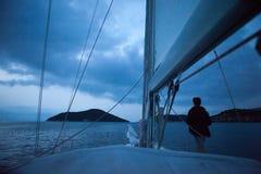 Man som blir på segelbåten Royaltyfria Foton