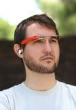 Man som bär Google exponeringsglas Royaltyfria Bilder