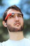 Man som bär Google exponeringsglas Arkivfoto