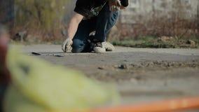 Man som bygger eller reparerar hans hus Arbete i trädgården, arkivfilmer