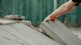 Man som bygger eller reparerar hans hus Arbete i trädgården, lager videofilmer