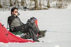 Man som campar i vinter fotografering för bildbyråer