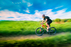 Man som cyklar i rörelse Arkivfoton