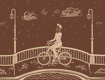 Man som cyklar i stad Arkivfoto